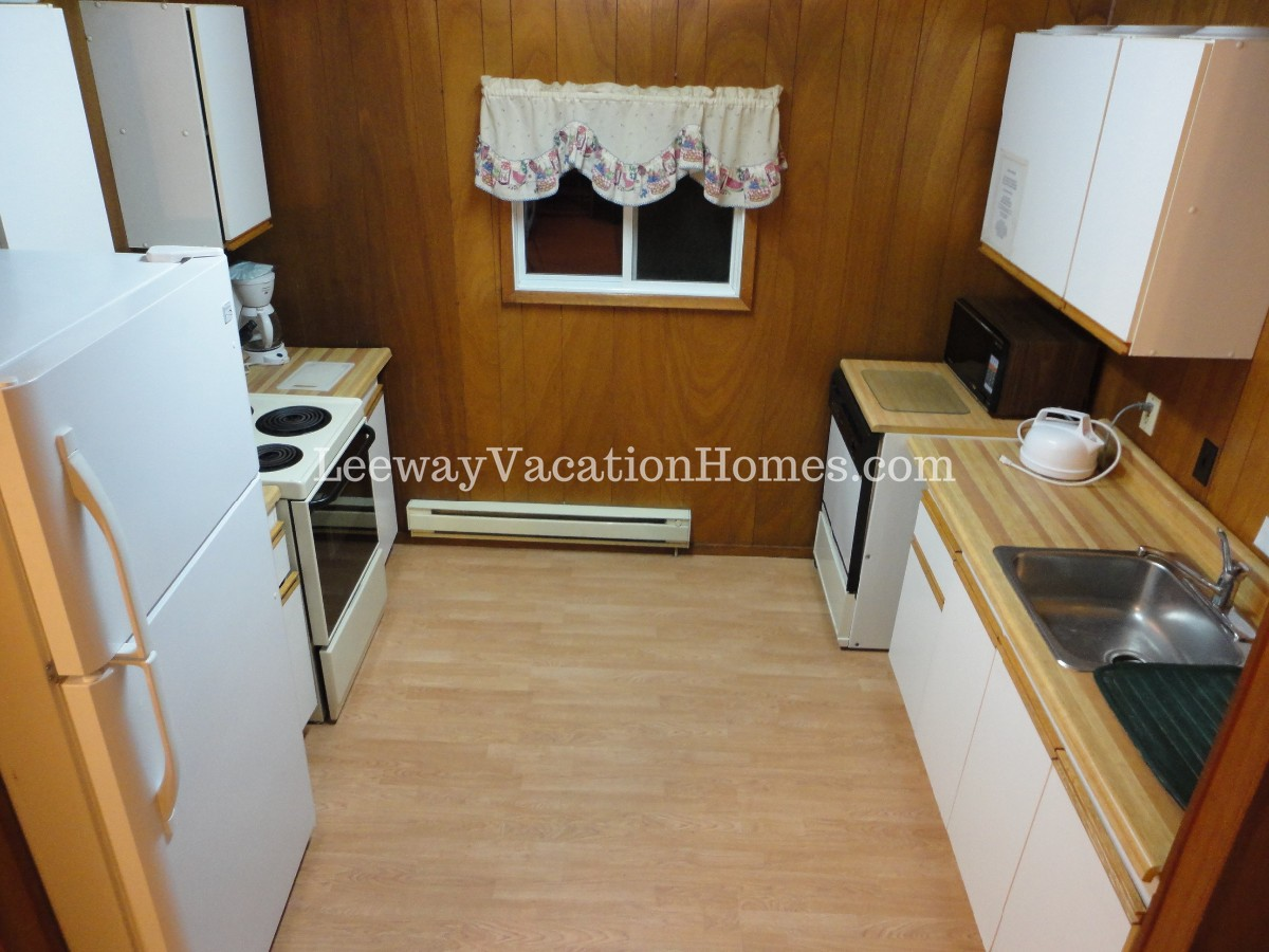 LARGE FAMILY COTTAGE – HOT TUB, SAUNA, WOOD FIREPL, TOBOGGAN HILL  – IN SUMMER MOTOR BOAT, CANOE AND PADDLE BOAT